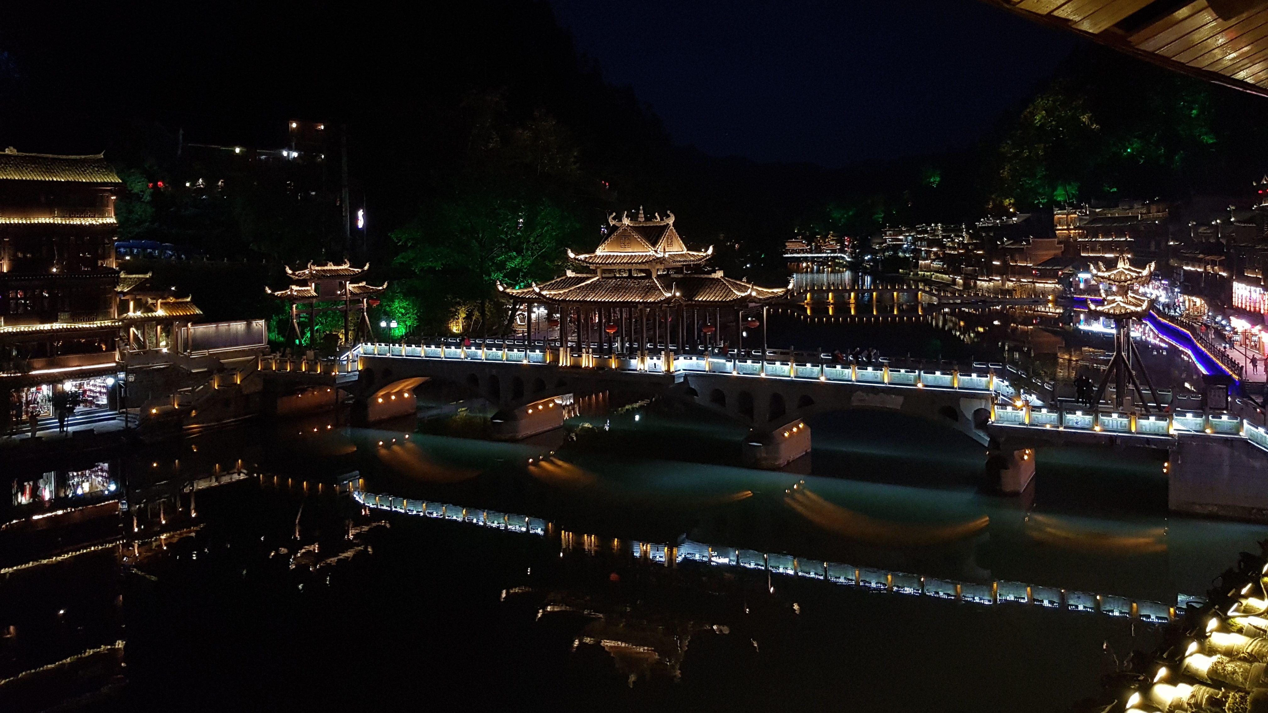 Fenghuang ved flodens bred
